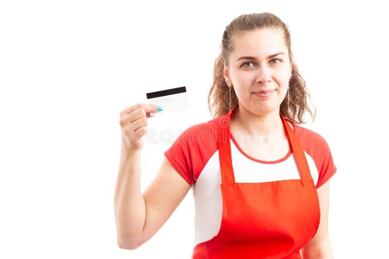 Trabajador del supermercado o del hipermercado de la mujer que sostiene la tarjeta de crédito imágenes de archivo libres de regalías