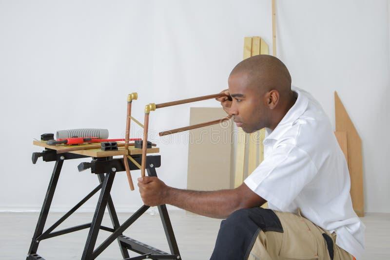 Trabajador del tubo que aprieta el perno fotos de archivo libres de regalías