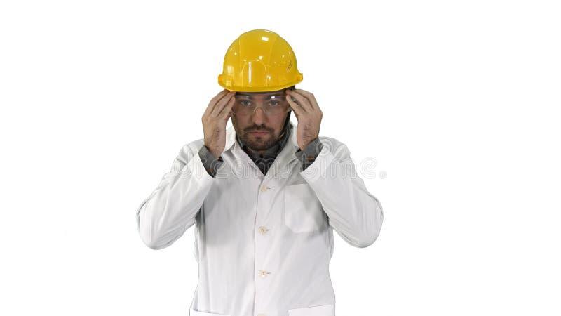 Trabajador disponible transparente de las gafas de seguridad que intenta sobre los vidrios protectores en el fondo blanco fotos de archivo libres de regalías