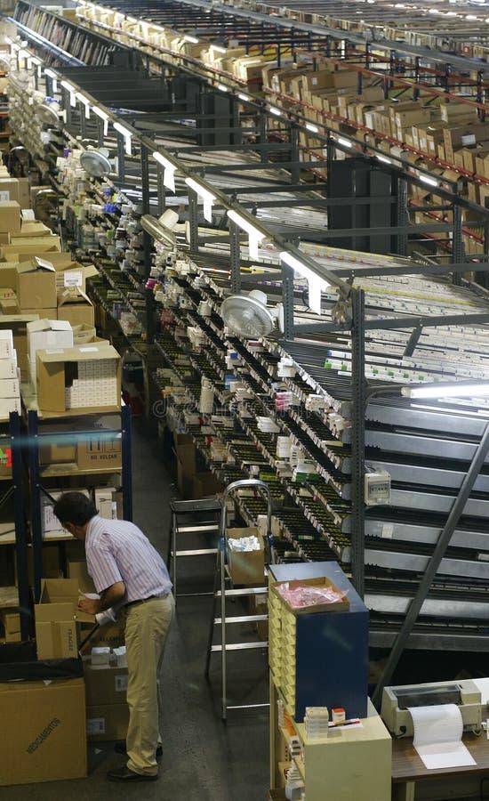 Trabajador en el almacén de la tienda fotos de archivo libres de regalías