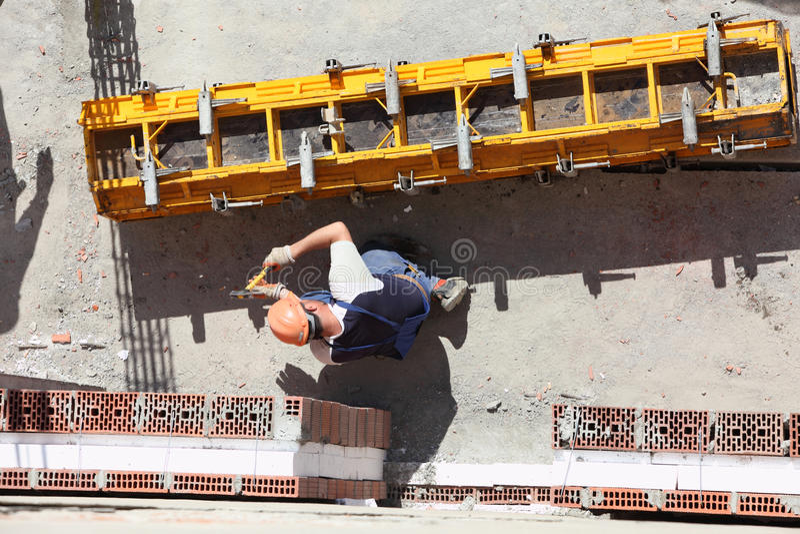 Trabajador en el emplazamiento de la obra foto de archivo