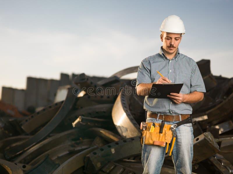 Trabajador en el metal que recicla el centro fotografía de archivo libre de regalías