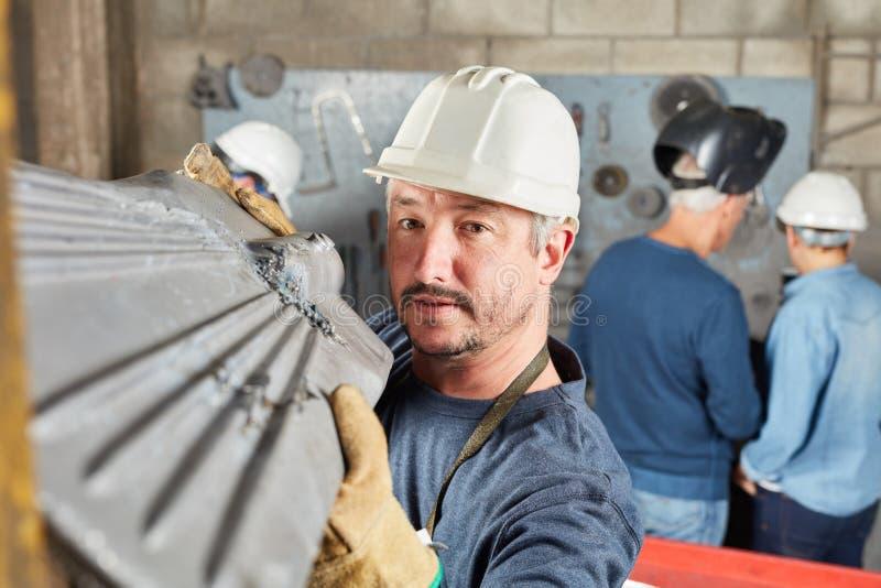 Trabajador en factor de la metalurgia imagenes de archivo