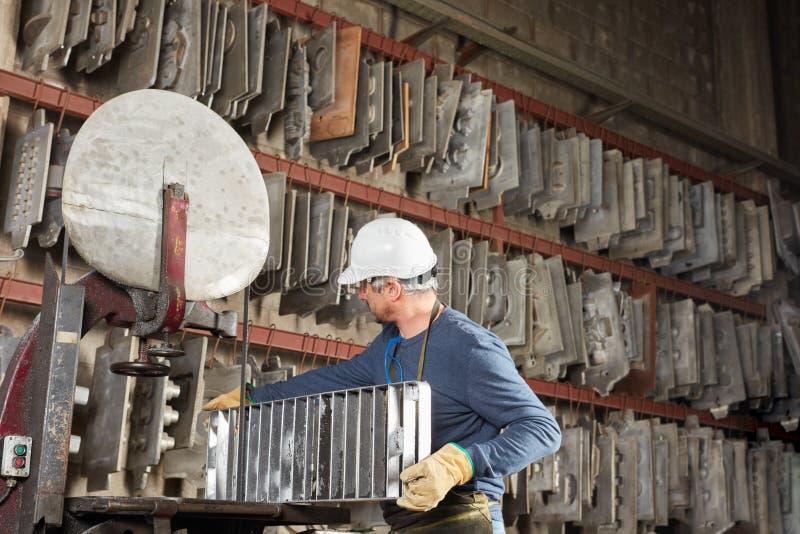 Trabajador en la fábrica de la fundición fotos de archivo