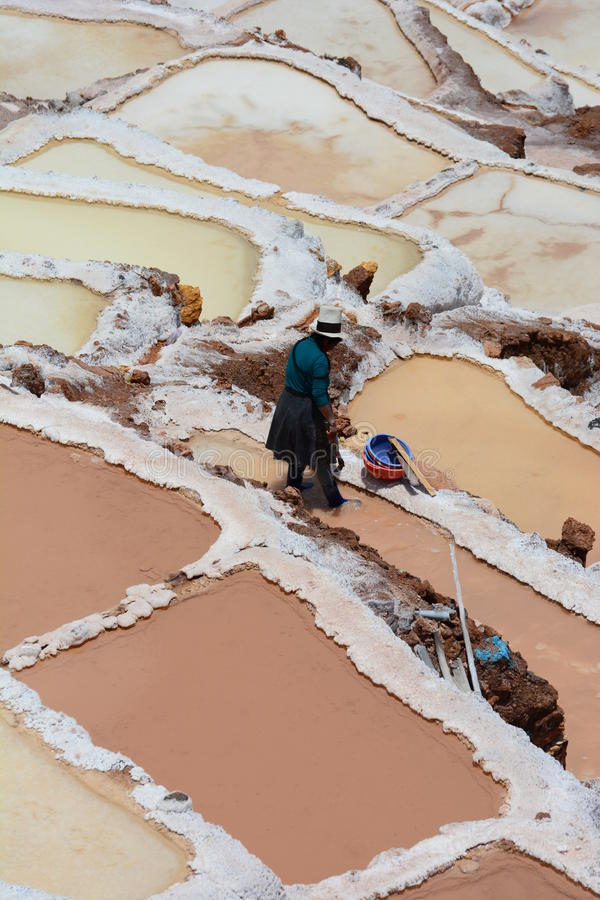 Trabajador en las charcas de la evaporación de la sal Maras Valle sagrado Región de Cusco perú foto de archivo libre de regalías