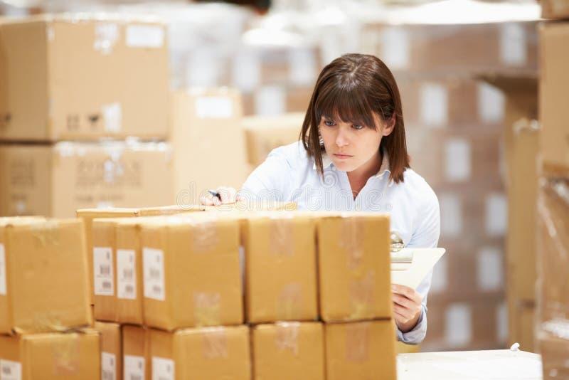 Trabajador en Warehouse que prepara las mercancías para el envío imagen de archivo