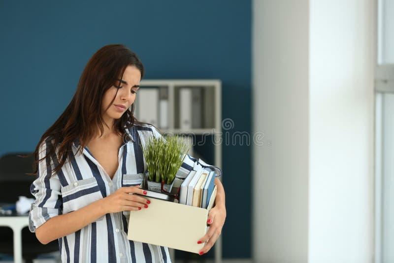 Trabajador encendido con la materia personal en oficina foto de archivo libre de regalías