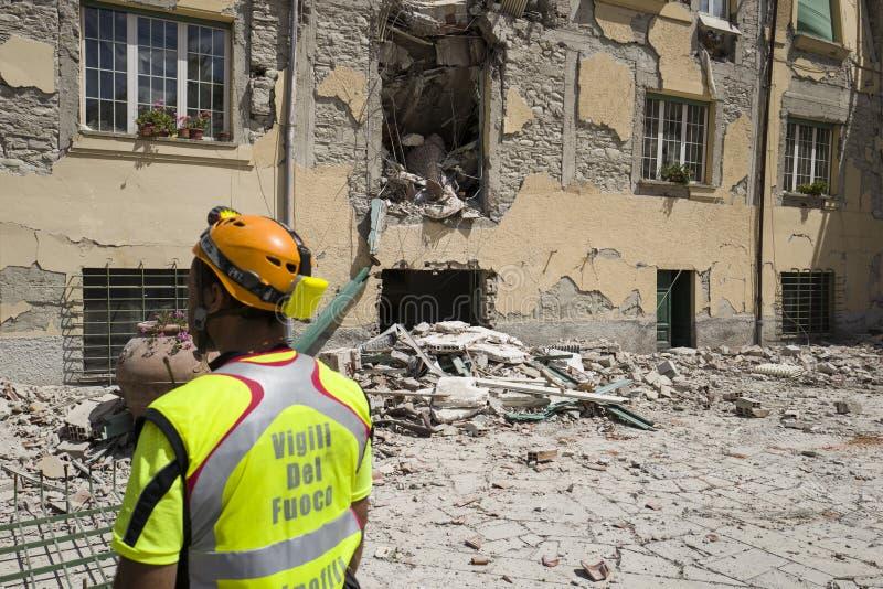 Trabajador entre el daño del terremoto, campo de la emergencia de Rieti, Amatrice, Italia imágenes de archivo libres de regalías
