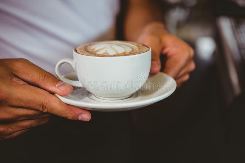 trabajador feliz que hace el café fotos de archivo