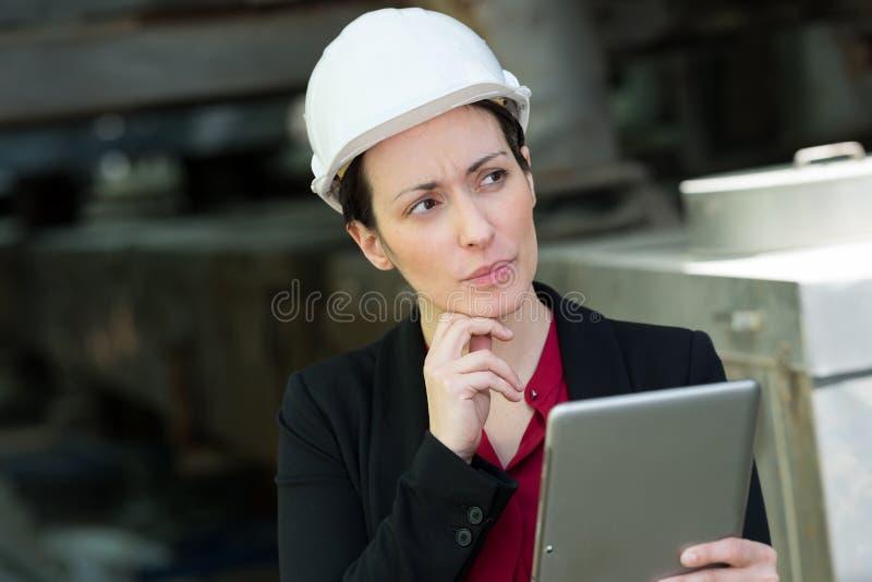 Trabajador hermoso que hace inventario con la tableta digital imágenes de archivo libres de regalías