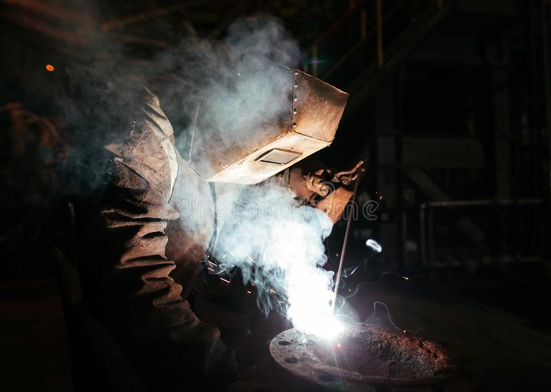 Trabajador industrial en el primer de la soldadura de la f?brica fotos de archivo libres de regalías