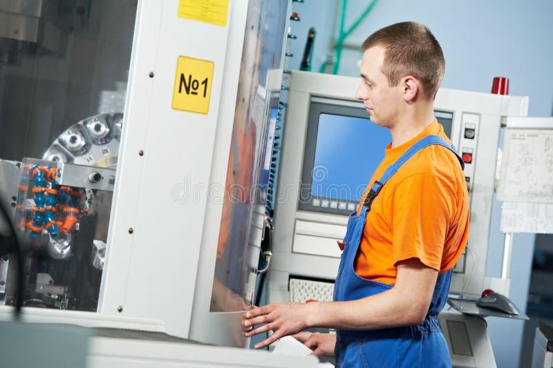 Trabajador industrial en el taller de la herramienta imagenes de archivo