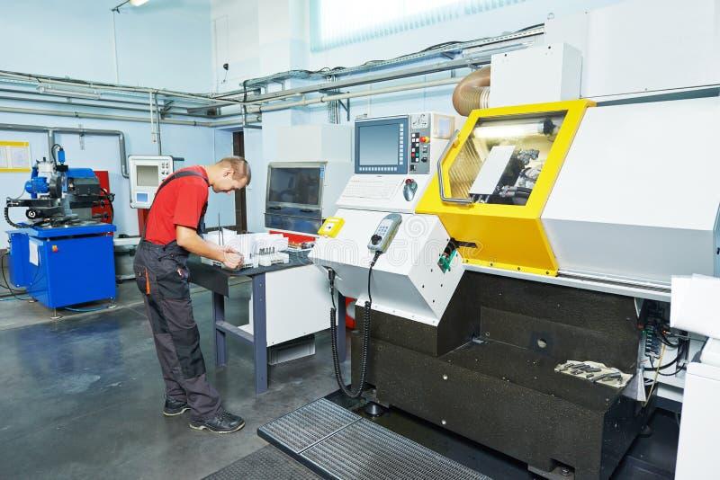 Trabajador industrial en el taller de la herramienta imagen de archivo libre de regalías