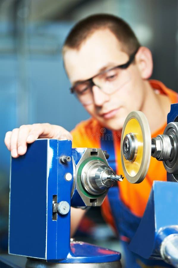 Trabajador industrial en la trabajo de metalistería de la herramienta fotos de archivo libres de regalías