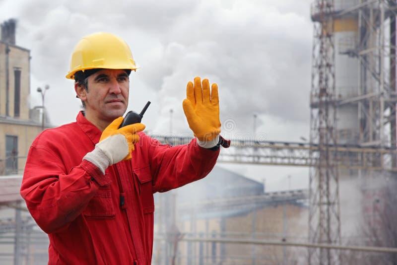 Trabajador industrial en una fábrica foto de archivo