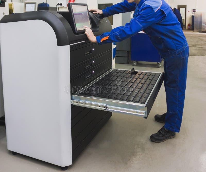 Trabajador industrial que actúa cerca de industria que trabaja a máquina del metal fotografía de archivo libre de regalías