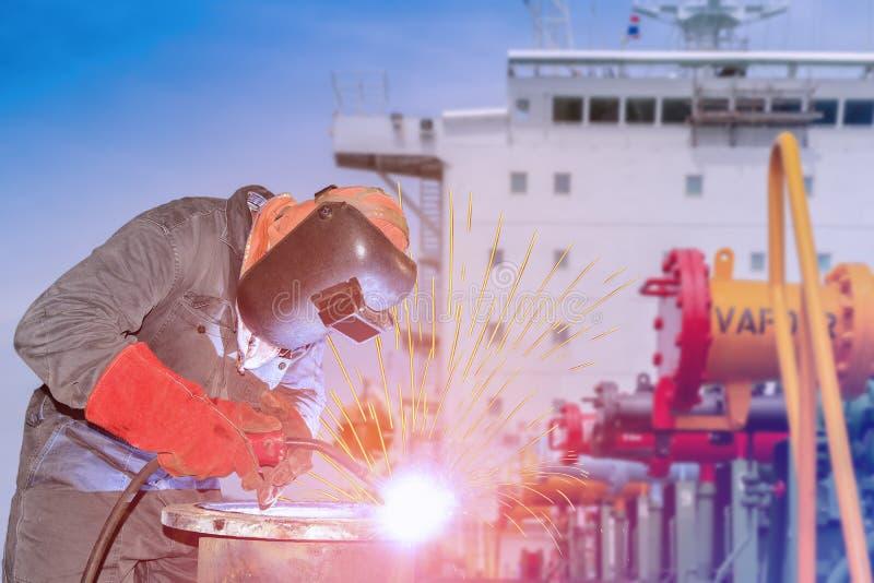 Trabajador industrial que suelda con autógena en la fábrica, proceso de soldadura del Mig imagen de archivo