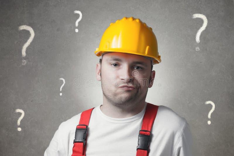 Trabajador joven confuso foto de archivo libre de regalías