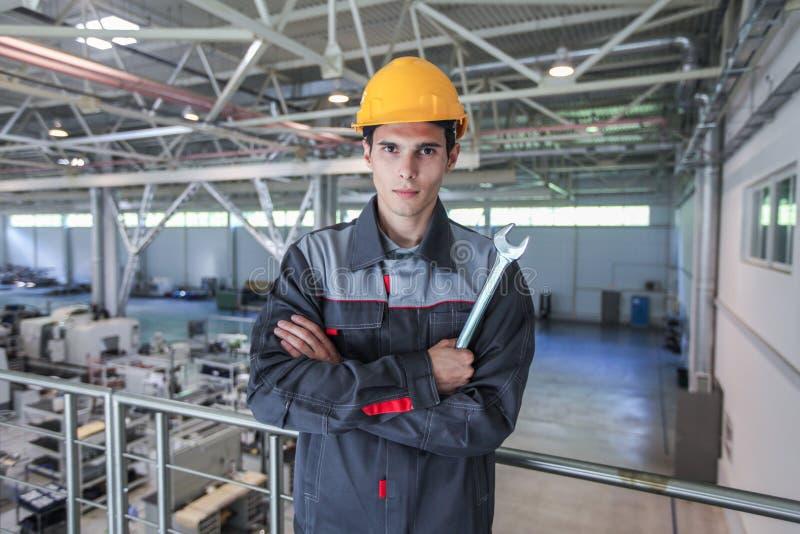 Trabajador joven en el casco de protección imagen de archivo libre de regalías