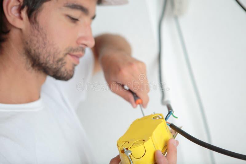 Trabajador masculino conectando cables fotos de archivo libres de regalías