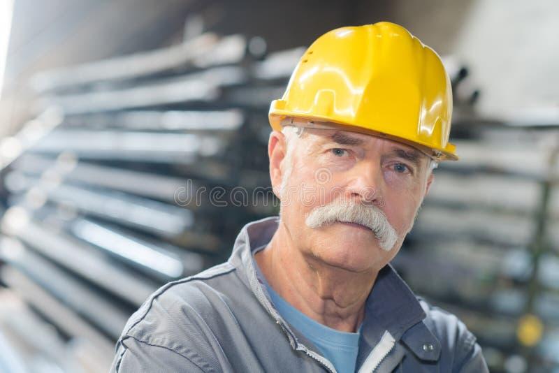 Trabajador mayor en la fábrica fotografía de archivo