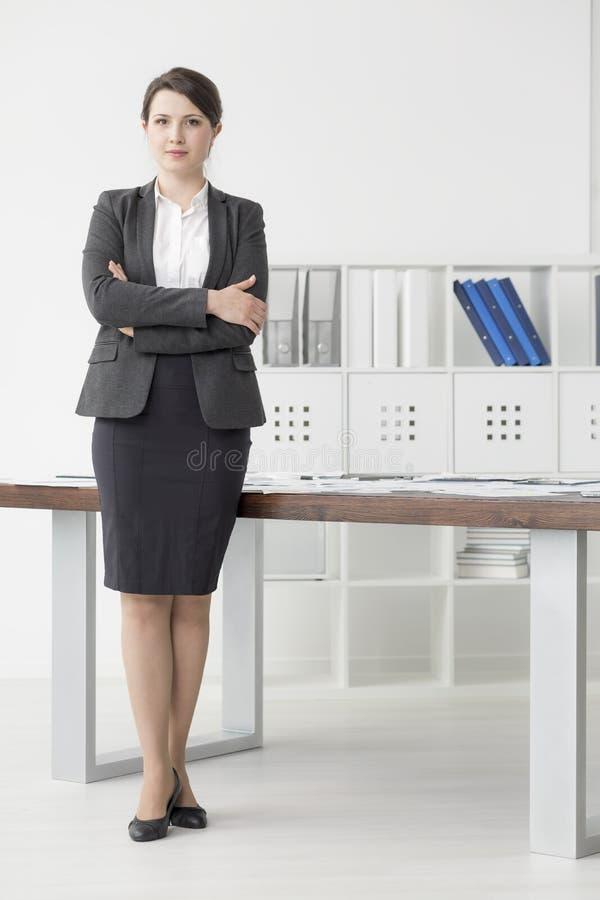 Trabajador no manual acertado en su oficina fotografía de archivo libre de regalías