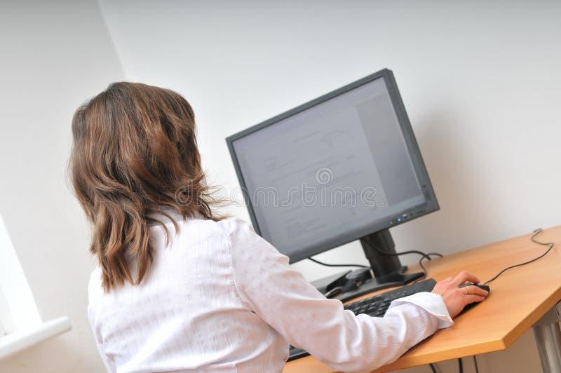 Trabajador no manual en el ordenador foto de archivo