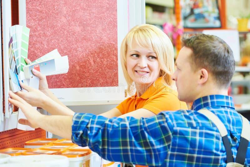 Trabajador o comprador de la tienda de Hardwarer fotos de archivo libres de regalías