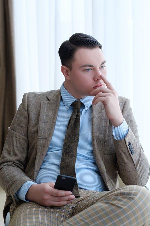 Trabajador pensativo serio pensativo del hombre de negocios foto de archivo