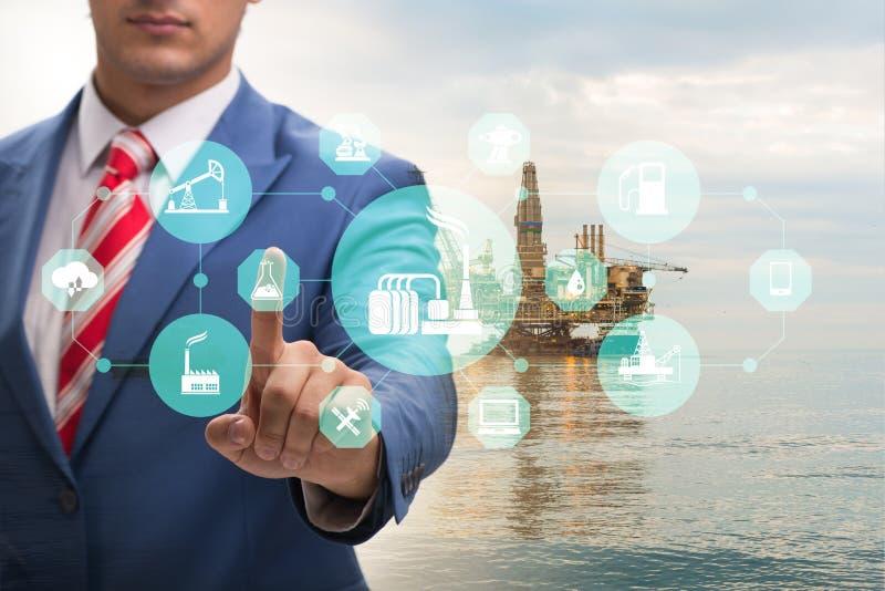 Trabajador petrolero en concepto de las operaciones remotas en industria de petróleo fotos de archivo libres de regalías