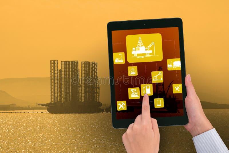 Trabajador petrolero en concepto de las operaciones remotas en industria de petróleo foto de archivo