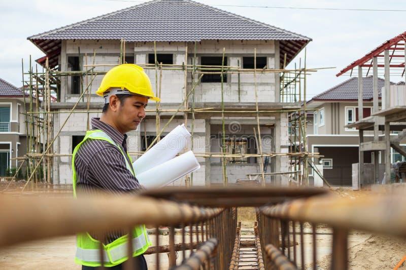 Trabajador profesional del ingeniero en el sitio de la construcción de viviendas foto de archivo libre de regalías