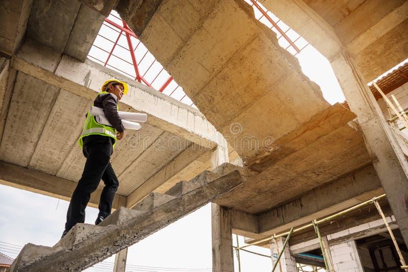 Trabajador profesional del ingeniero en el sitio de la construcción de viviendas fotos de archivo
