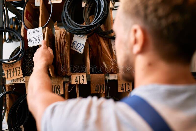 Trabajador que elige partes en trastero imagen de archivo