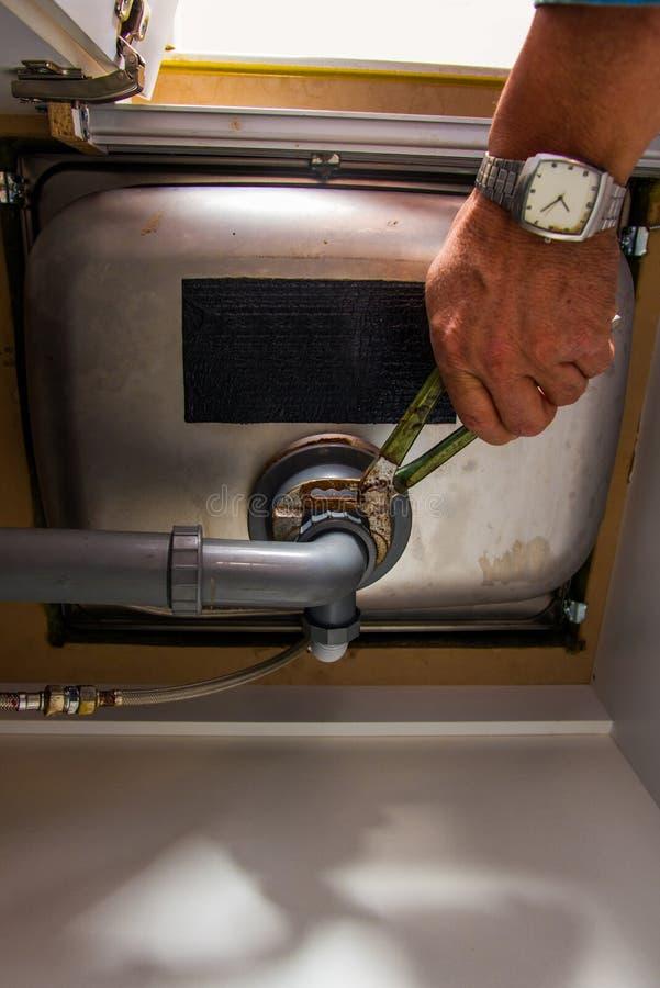 Trabajador que fija el tubo del fregadero imágenes de archivo libres de regalías