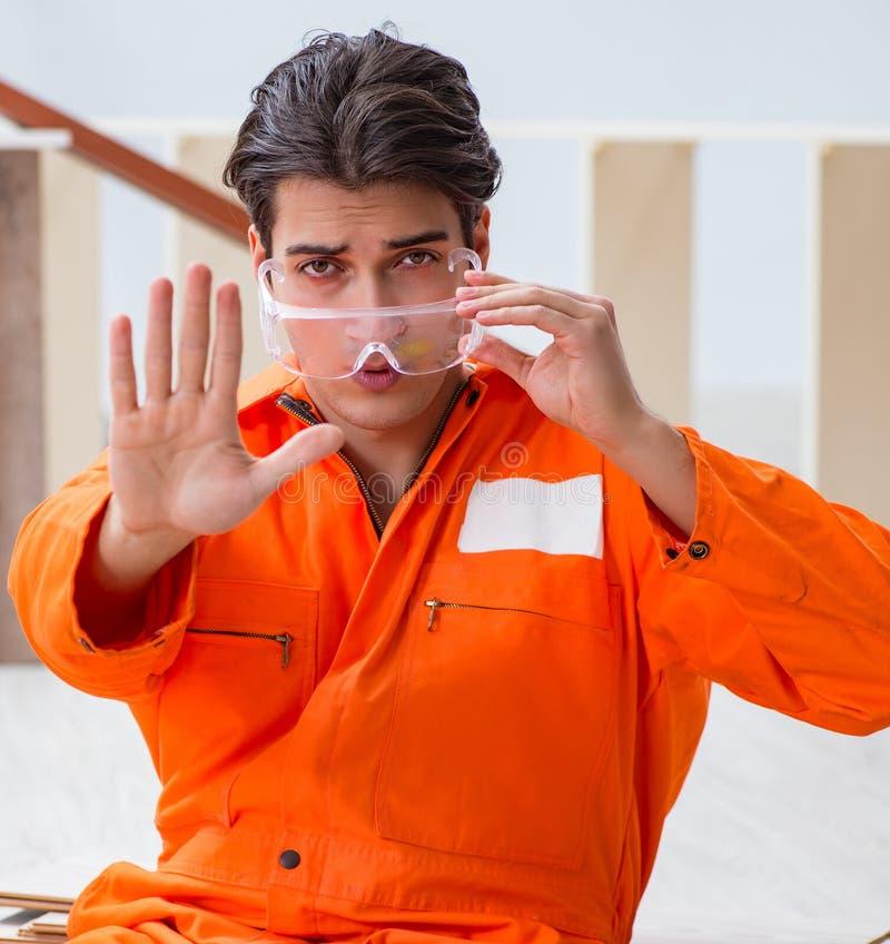 Trabajador que lleva gafas protectoras en el emplazamiento de la obra fotos de archivo