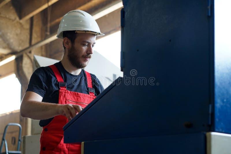 Trabajador que parece ocupado imagen de archivo libre de regalías