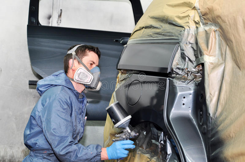 Trabajador que pinta el coche gris fotos de archivo libres de regalías