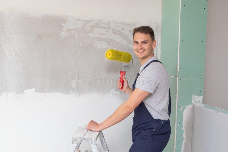 Trabajador que pinta las paredes imagen de archivo libre de regalías
