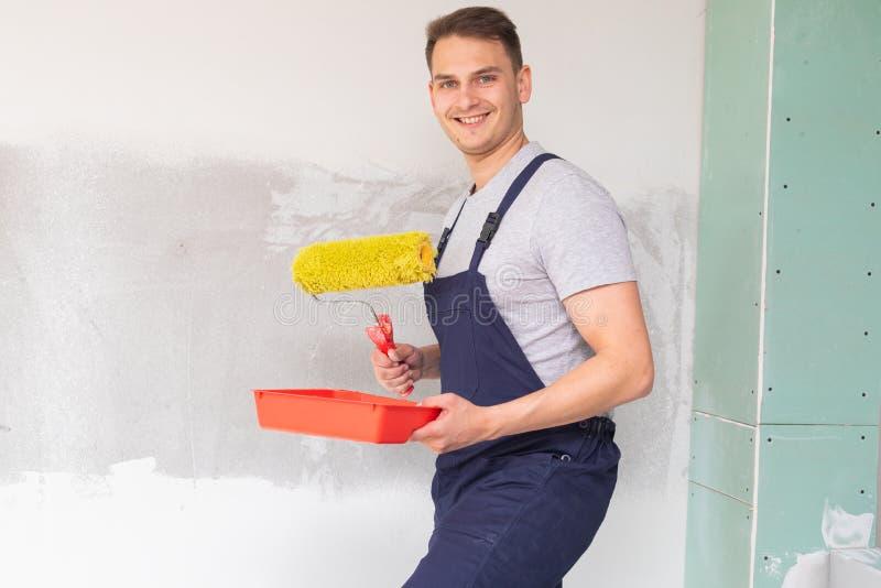 Trabajador que pinta las paredes fotografía de archivo libre de regalías