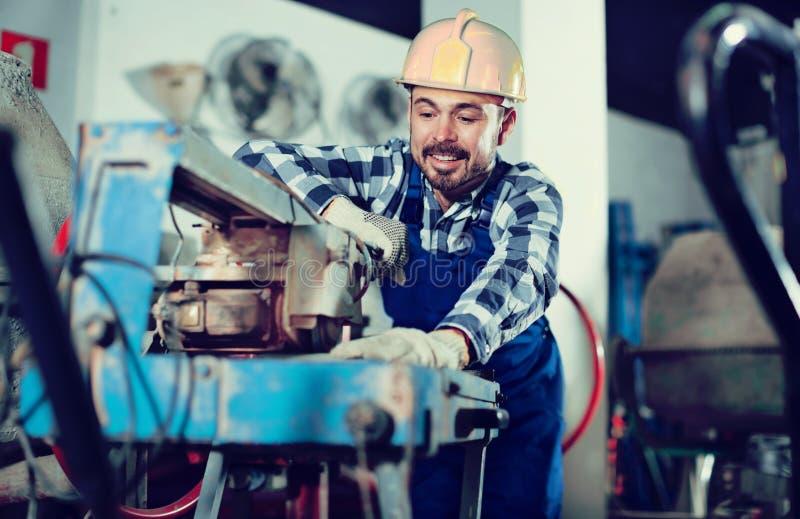 Trabajador que practica con la máquina de la sierra del disco imagen de archivo libre de regalías