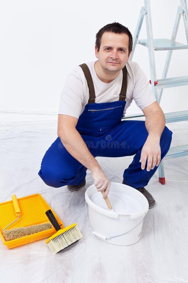 Trabajador que prepara la pintura fotos de archivo