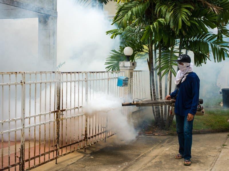 Trabajador que se empaña para el control de la dengue imagen de archivo libre de regalías
