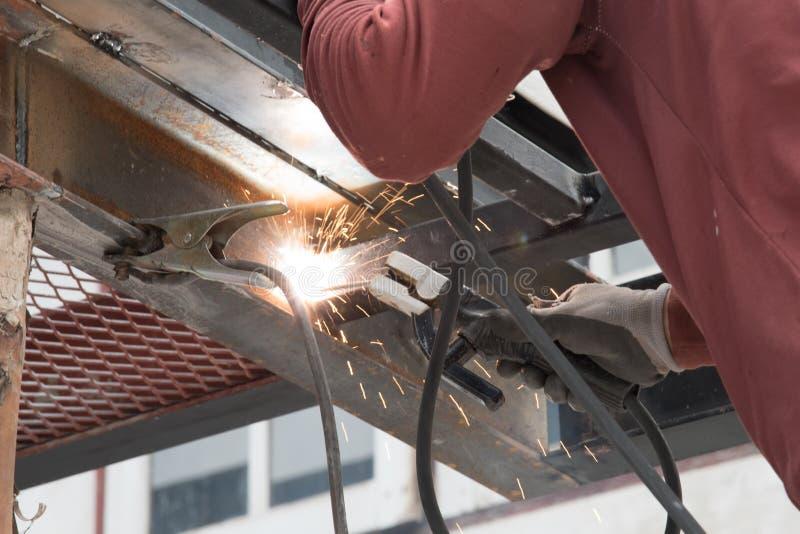 Trabajador que suelda con autógena el acero fotografía de archivo