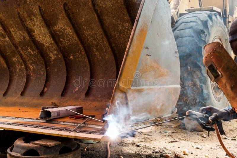 Trabajador que suelda con autógena el hierro fotos de archivo