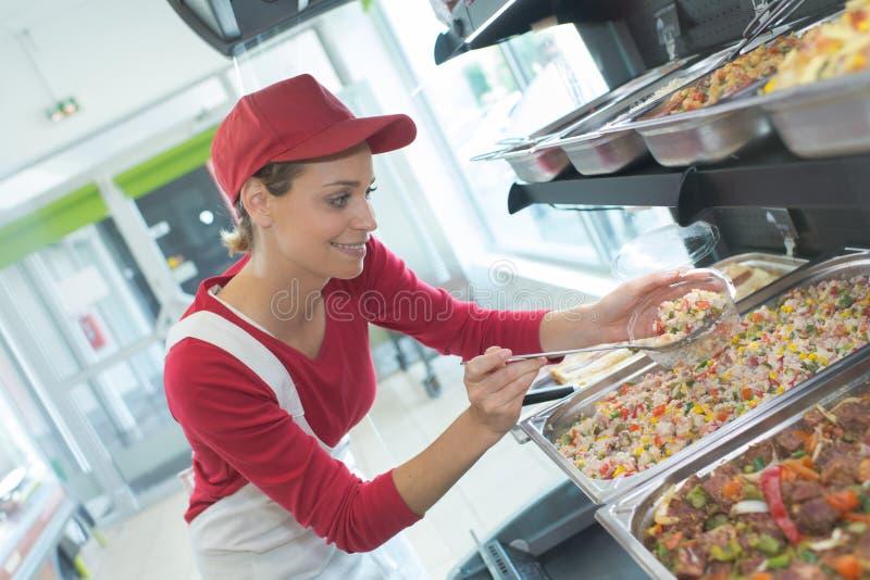 Trabajador que toma la comida preparada imagen de archivo libre de regalías