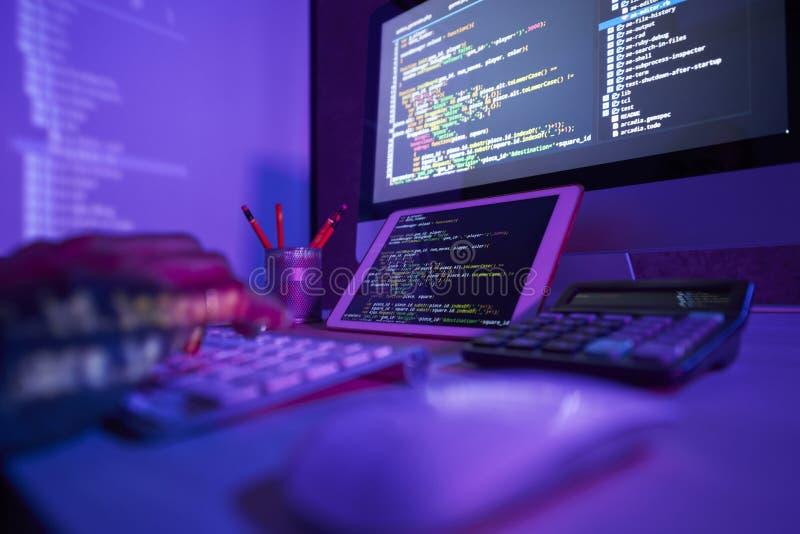 Trabajador que trabaja en el ordenador hasta noche fotos de archivo