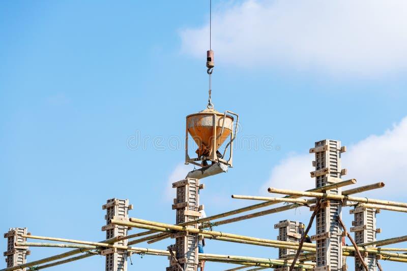 Trabajador que trabaja en la construcción en el cielo azul fotografía de archivo libre de regalías