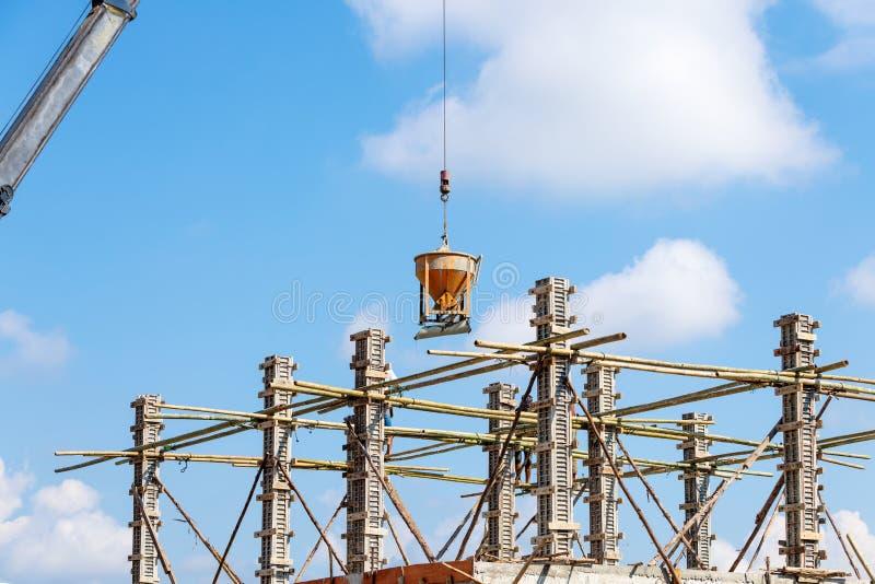 Trabajador que trabaja en la construcción en el cielo azul imagen de archivo libre de regalías