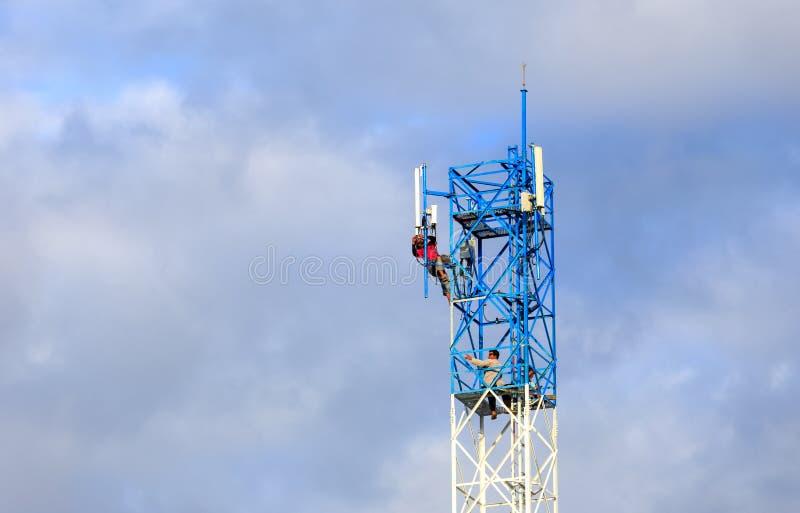 Trabajador que trabaja en torre de comunicación fotos de archivo
